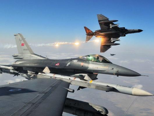 Turkey F-16 Fighting Falcon Using Flares2